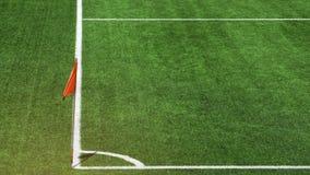 Lateral czerwonego koloru chor?gwiany s?up z bia?? lampas lini? na pi?knym zielonej trawy boiska pi?karskiego k?cie przy stadione obraz stock