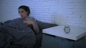 Lateral panning strzał młody atrakcyjny latynoski kobiety spęczenie w stresu i bezsenność kłamać niespokojny na łóżku próbuje spa zbiory