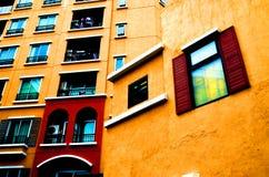 Laterale di vista della costruzione di colore caldo Immagine Stock