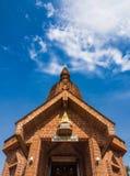 Laterite-buddhistischer Tempel mit klarem blauem Himmel, Thailand Stockbild
