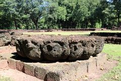 Laterite de bloesem van de steenlotusbloem sneed in archeologische plaats van de oude stad van Srithep in Petchaboon, Thailand stock foto