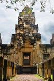 Laterite steen bedekte gang met free-standing steenposten aan de binnenplaatspoorten van oude Khmer die tempel van rood zandsteen stock afbeeldingen