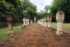 Laterite steen bedekte gang met free-standing steenposten aan de poorten van oude Khmer die tempel van rood zandsteen en lateri w royalty-vrije stock afbeelding