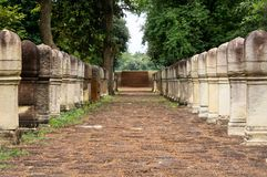 Laterite steen bedekte gang met free-standing steenposten aan de poorten van oude Khmer die tempel van rood zandsteen en lateri w royalty-vrije stock fotografie