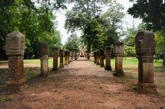 Laterite steen bedekte gang met free-standing steenposten aan de poorten van oude Khmer die tempel van rood zandsteen en lateri w royalty-vrije stock foto's