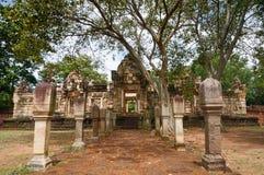 Laterite steen bedekte gang met free-standing steenposten aan de poorten van oude Khmer die tempel van rood zandsteen en lateri w stock afbeelding