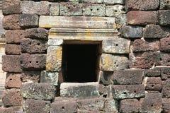 Lateriteväggen texturerar på Phanom ringde tempelet Arkivfoto