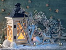Latern branden en Kerstmisdecoratie Stock Foto