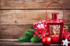 Latern rouge de temps de Noël avec la lumière de bougie et le decorati de vacances Images libres de droits