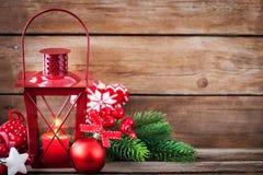 Latern rouge de temps de Noël avec la lumière de bougie et le decorati de vacances Photo stock