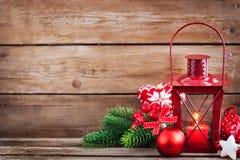 Latern rouge de temps de Noël avec la lumière de bougie et le decorati de vacances Image libre de droits