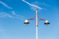 Latern stolpeljus på en blå himmel med precis några moln Royaltyfri Bild