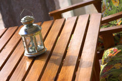 Laterne über einer hölzernen Tabelle Stockfotografie