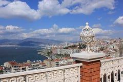 Laterne auf Asansor Turm (Aufzug) und Ansicht von Izmir Lizenzfreie Stockfotos