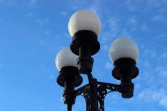 Laterne auf dem Hintergrund des blauen Himmels Lizenzfreie Stockfotos