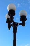 Laterne auf dem Hintergrund des blauen Himmels Lizenzfreie Stockbilder