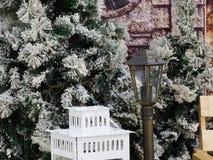 Laterne auf dem Hintergrund von schneebedeckten Bäumen Lizenzfreies Stockfoto