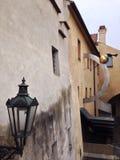 Laterne auf der Wand des Schlosses in Prag Stockbild
