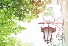Laterne auf einem Gebäude, nahe Bäume Lizenzfreie Stockfotos