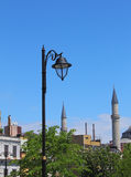 Laterne auf einem Hintergrund des blauen Himmels und des Grüns Stockfotografie