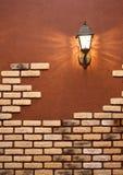 Laterne auf einer Wand mit einer Maurerarbeit Stockbild