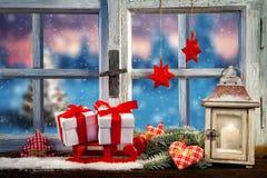 Fenster winterabend laternenlicht stockbild bild von for Winterdekoration fenster