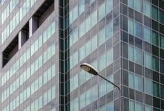 Laterne auf Gebäudehintergrund Stockfotos