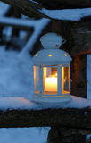 Laterne auf Schnee Stockfoto