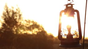 Laterne beeinflußt leicht in den Wind, während die Sonne einstellt stock video footage
