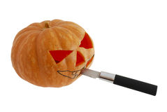 Laterne der Halloween-Steckfassung O, die mit Messer schnitzt Lizenzfreie Stockbilder