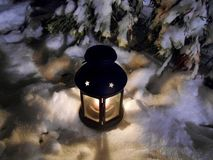 Laterne in der Winternacht Stockfotografie