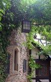 Laterne, die im Schlosshof hängt Stockfotografie