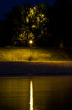 Laterne durch den Fluss nachts, Ansicht von Ada-Insel, Belgrad Lizenzfreies Stockfoto