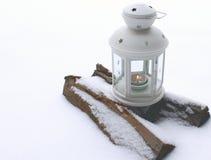 Laterne mit brennender Kerze Stockfotografie