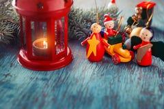 Laterne mit einer Kerze, Weihnachtsbaumaste und Weihnachten spielen Stockfotos