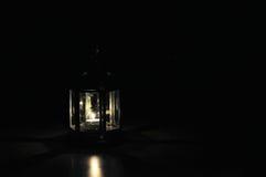Laterne mit Kerze im dunklen Hintergrund Lizenzfreie Stockfotos