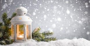 Laterne mit Schneefällen stockfoto