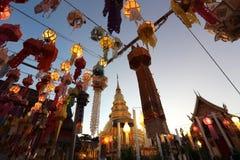 Laterne mit thailändischer Pagode stockfotos