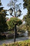 Laterne und Blumen im Sommerpark Lizenzfreie Stockfotografie