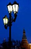 Laterne und der Kreml im Freien ragen in schneienden Abend des Winters hoch Lizenzfreies Stockfoto