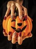 Laterne und Maniküre Halloween-Steckfassung O mit Edelsteinen und Pailletten stockfoto