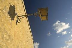 Laterne und Schatten mit blauem Himmel Stockfotos
