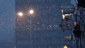 Laterne und Scheinwerfer während der Schneefälle stock video footage