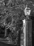 Laterne und Ziegelstein-Park-Tor in Schwarzweiss Stockfotografie
