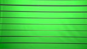 Laterne wird auf dem horizontalen Jalousie beleuchtet und sie schalten ein und drehen das Licht Grüner Bildschirm stock video footage