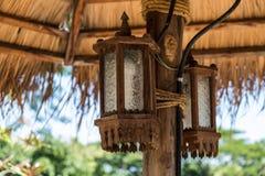 Laterne zwei gebunden mit Seil am hölzernen Pfosten unter dem Pavillon Stockbilder