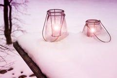 Laterne zwei mit brennenden Kerzen im Schnee Stockfoto