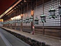 Laternen außerhalb traditioneller Architektur Japans lizenzfreie stockbilder