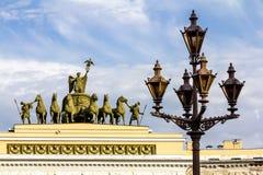 Laternen auf dem Palast-Quadrat von St Petersburg Russland Stockfotos