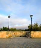 Laternen auf einer mittelalterlichen Brücke Lizenzfreie Stockfotografie